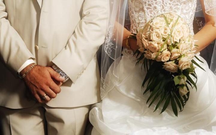 ΣΑΠΙΣΕ ΤΗΝ ΝΥΦΗ  ΜΠΡΟΣΤΑ ΣΤΟ ΚΟΣΜΟ - Πανικος στον γαμο που πλακώθηκαν ολοι στο ξυλο