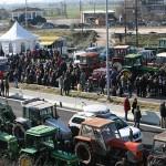 Κλιμακώνουν τις κινητοποιήσεις οι αγρότες – Ενισχύονται τα μπλόκα ανά την Ελλάδα – Έκαψαν σημαίες του ΣΥΡΙΖΑ και πέταξαν γάλα