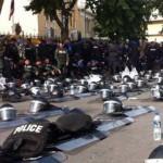 ΑΠΙΣΤΕΥΤΟ: Όταν τα ΜΑΤ έβγαλαν τα κράνη τους και συμπαραστάθηκαν στους διαδηλωτές! (βίντεο)