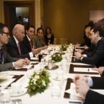 De Standaard: Ο Τσίπρας κάνει δημόσιες σχέσεις στο Νταβός αλλά… δεν ποντάρει στον Σόιμπλε!