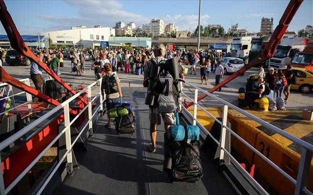 touristes-tourismos-limani-peiraia