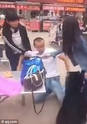 364D2EB100000578-3690493-The_boy_is_mine_Two_young_Chinese_women_are_seen_fighting_over_a-m-13_1468575257210