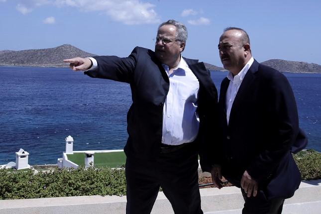 Ο υπουργός Εξωτερικών, Νίκος Κοτζιάς (Α) συνομιλεί με τον Τούρκο ομόλογό του, Μεβλούτ Τσαβούσογλου (Δ) στην ανεπίσημη συνάντηση που είχαν στην Κρήτη, Κυριακή 28 Αυγούστου 2016. Ο υπουργός Εξωτερικών Νίκος Κοτζιάς είχε προ μηνών απευθύνει πρόσκληση στον  Μεβλούτ Τσαβούσογλο να επισκεφθεί την Κρήτη. ΑΠΕ-ΜΠΕ/ΑΠΕ-ΜΠΕ/STR