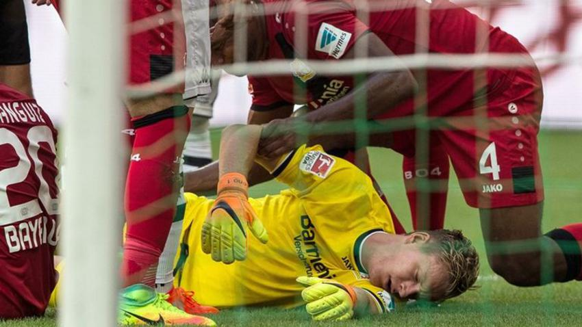 epa05512305 Gladbach's goalkeeper Bernd Leno lying injured on the ground during the Bundesliga soccer match between Borussia Moenchengladbach and Bayer Leverkusen on the first Bundesliga match day at the stadium at Borussia-Park in Moenchengladbach, Germany, 27 August 2016.  (EMBARGO CONDITIONS - ATTENTION: Due to the accreditation guidlines, the DFL only permits the publication and utilisation of up to 15 pictures per match on the internet and in online media during the match.)  EPA/MAJA HITIJ