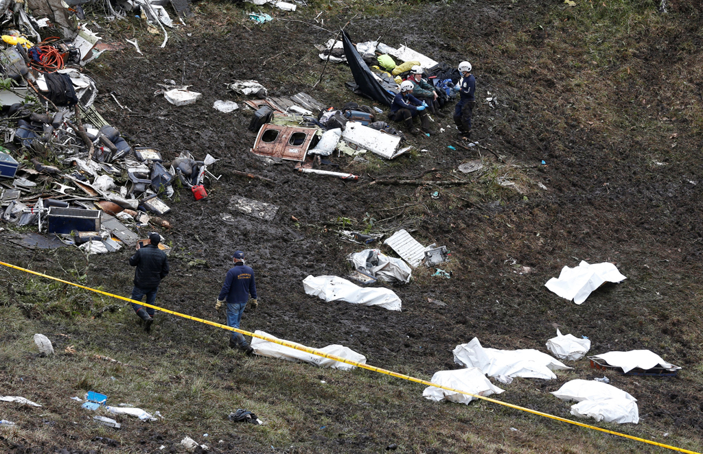 ATTENTION EDITORS - VISUAL COVERAGE OF SCENES OF INJURY OR DEATHRescue workers walk next to bodies from the wreckage of a plane that crashed into the Colombian jungle with the Brazilian soccer team Chapecoense onboard near Medellin, Colombia, November 29, 2016. REUTERS/Jaime Saldarriaga