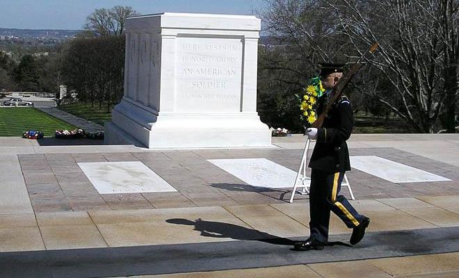 Γελούσαν υποτιμητικά μπροστά στον τάφο του Άγνωστου Στρατιώτη. Η αντίδραση του σκοπού αξίζει συγχαρητήρια (BINTEO)