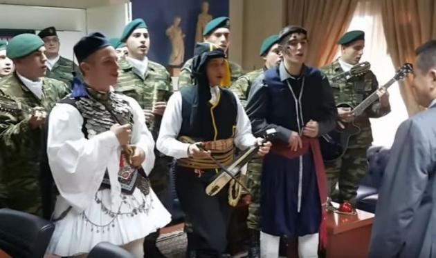 Τα Χακί κάλαντα σε όλη την Ελλάδα – «Ήρθαν τα Χριστούγεννα ήρθαν των ΛΟΚ οι μοίρες» (ΒΙΝΤΕΟ)