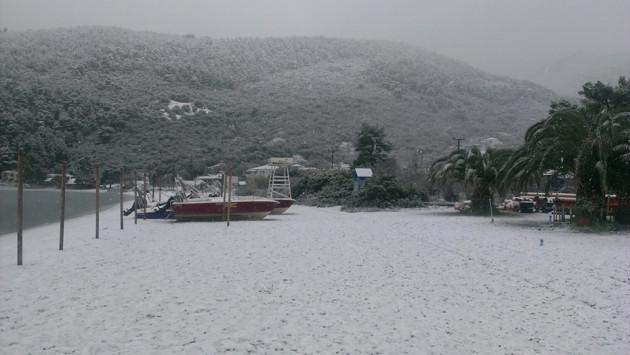 Σκόπελος: το χιόνι έφτασε στη θάλασσα! (ΦΩΤΟ)