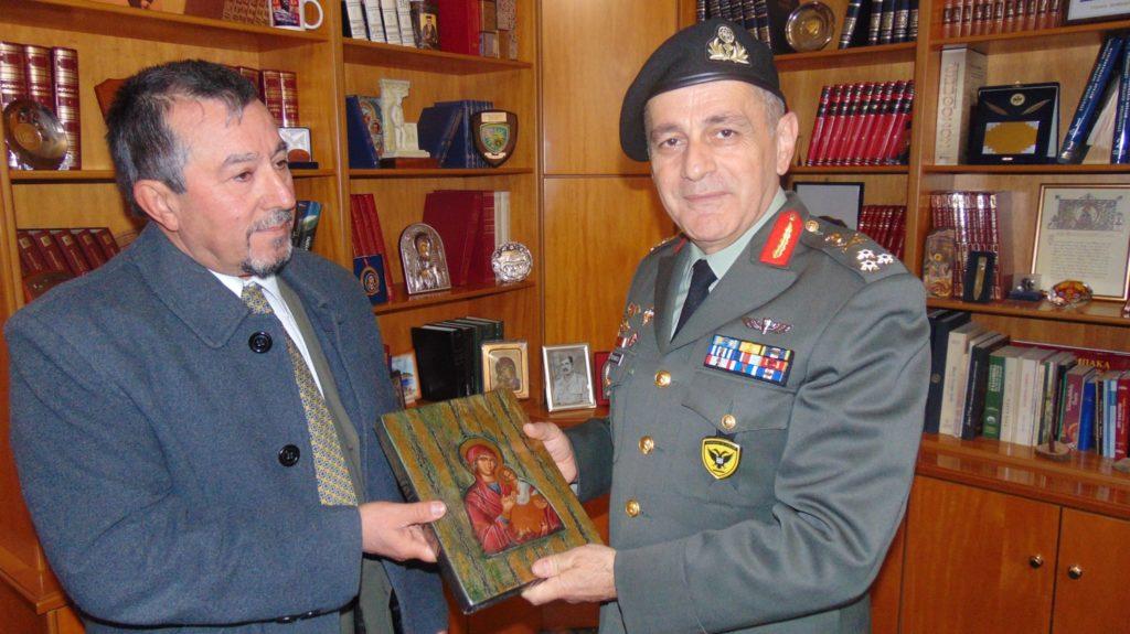 ΝΑ ΕΙΝΑΙ ΠΑΝΤΑ ΔΙΠΛΑ ΣΑΣ ΡΕ ΜΑΓΚΕΣ!! Η Παναγιά της Νίκης στον …Αρχηγό του Στρατού!