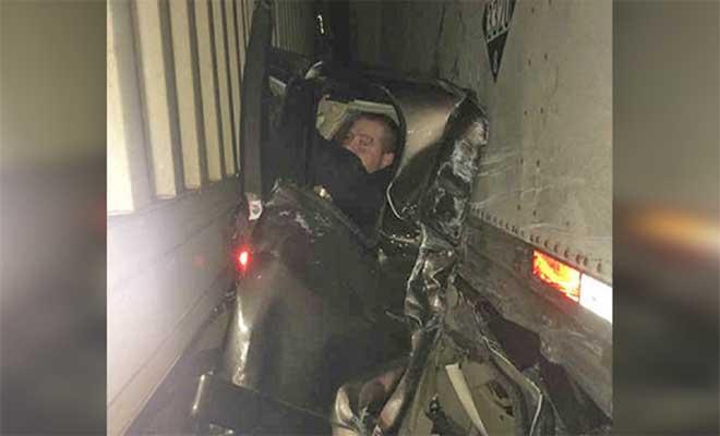 ΑΠΙΣΤΕΥΤΟ και όμως ΑΛΗΘΙΝΟ! Άντρας που συνθλίφτηκε ανάμεσα σε 2 φορτηγά, βγαίνει από τα συντρίμμια μόνο με μια γρατζουνιά!