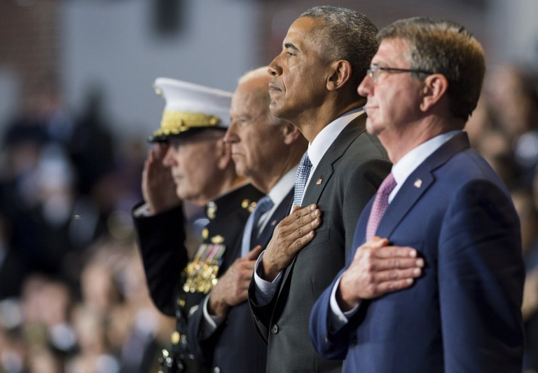 US President Barack Obama stands alongside US Secretary of Defense Ashton Carter (R), Vice President Joe Biden (2nd L) and Chairman of the Joint Chiefs General Joseph Dunford, Jr. (L),  during the Armed Forces Full Honor Review Farewell Ceremony for Obama at Joint Base Myers-Henderson Hall in Arlington, Virginia, January 4, 2017. / AFP PHOTO / SAUL LOEB