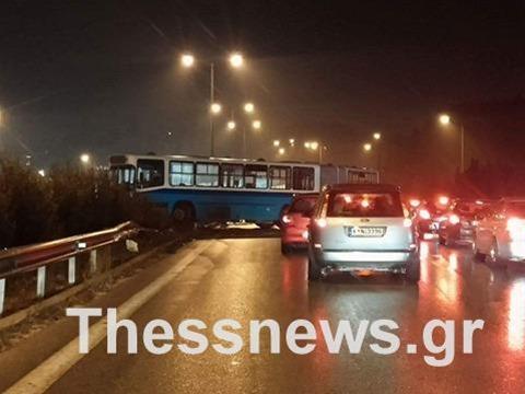 Δίπλωσε λεωφορείο του ΟΑΣΘ στην περιφερειακή οδό Θεσσαλονίκης (ΦΩΤΟ)