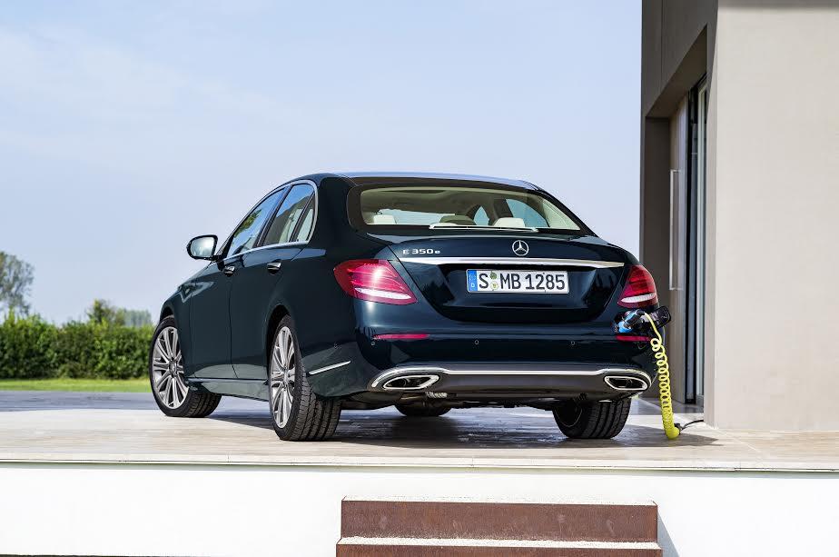 Mercedes-Benz E 350 e, EXCLUSIVE, kallaitgrün ;Kraftstoffverbrauch kombiniert: 2,1 l/100 km, Elektrischer Energieverbrauch: 11,5 kWh/100 km, CO2-Emissionen kombiniert: 49 g/kmMercedes-Benz E 350 e, EXCLUSIVE, callait green; Fuel consumption, combined: 2.1 l/100 km, electric power consumption: 11.5 kWh/100 km, combined CO2 emissions: 49 g/km