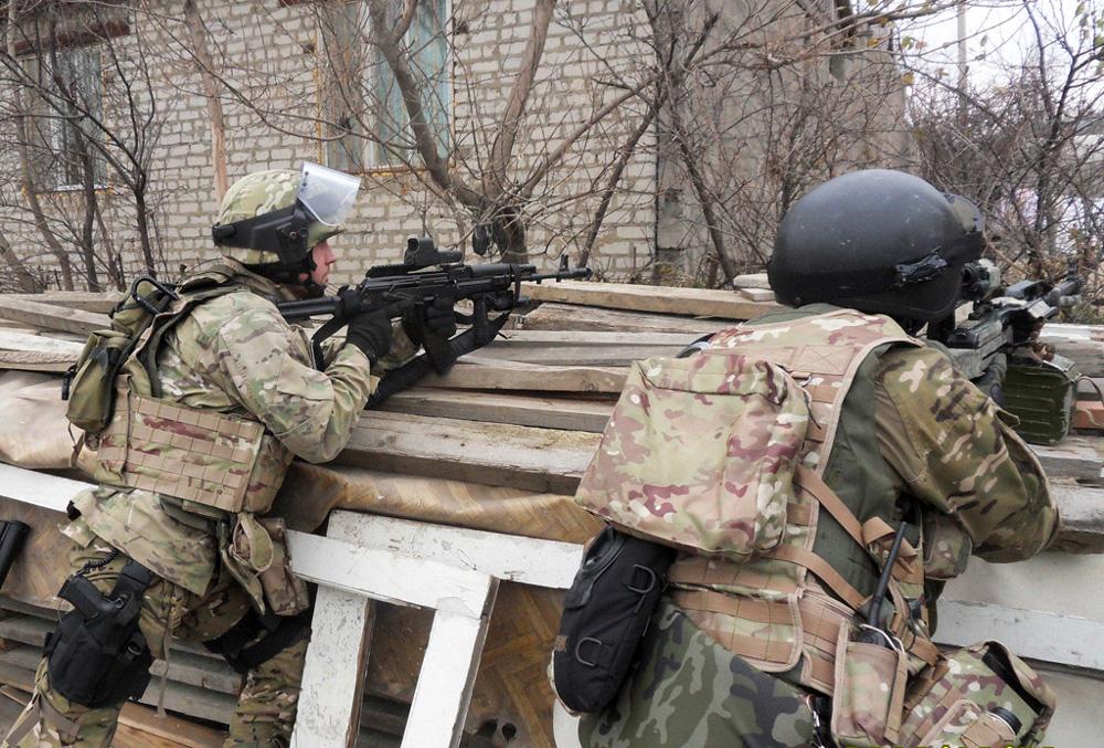 Сотрудники ФСБ России во время спецоперации в Махачкале, в ходе которой был уничтожен боевик и предотвращены два теракта.