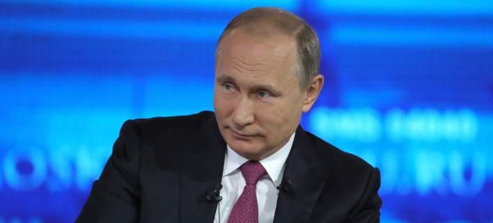 ΜΕΓΑΣ ΜΑΓΚΑΣ ο Πούτιν. Έφαγε τη βροχή της ζωής του και μετά…τίναξε και το σακάκι. Απόδοση τιμών για τους πεσόντες του Β΄ Π.Π