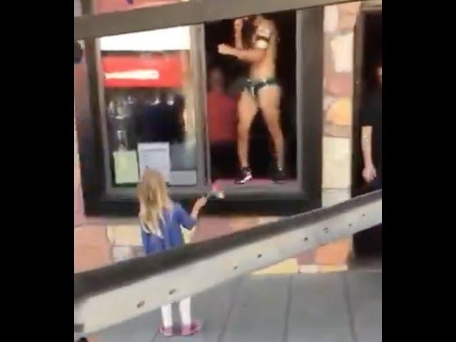 Αποτέλεσμα εικόνας για Γυμνός ομοφυλόφιλος χορεύει μπροστά από κοριτσάκι