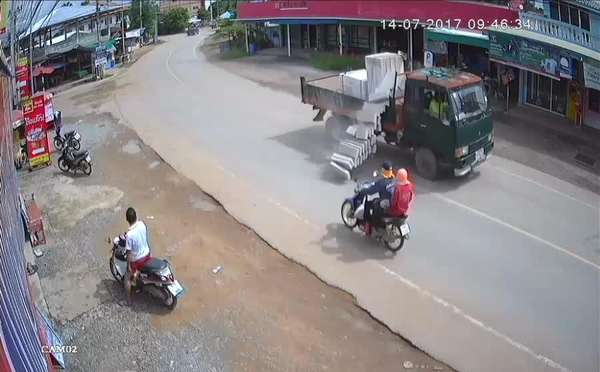 1707140801-Lucky-Motorcyclists-Escape-Bricks-Falling-from-Truck