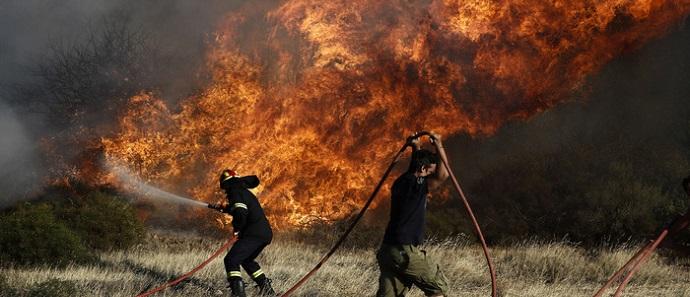 Πυροσβέστες παλεύουν με τις φλόγες κατά τη διάρκεια πυρκαγιάς στην περιοχή της Αναβύσσου, κοντά στην Αθήνα, Δευτέρα 31 Ιουλίου 2017.  ΑΠΕ-ΜΠΕ/ΑΠΕ-ΜΠΕ/ΓΙΑΝΝΗΣ ΚΟΛΕΣΙΔΗΣ