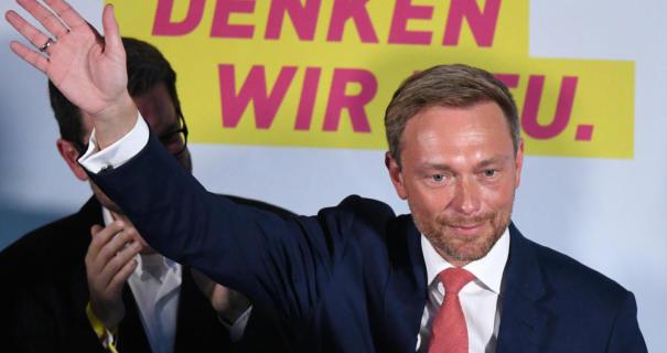 Christian Lindner, Bundesvorsitzender und Spitzenkandidat der FDP, reagiert am 24.09.2017 im Hans-Dietrich-Genscher-Haus in Berlin auf die Veröffentlichung der Hochrechnungen zum Ausgang der Bundestagswahl 2017. Foto: Maurizio Gambarini/dpa +++(c) dpa - Bildfunk+++