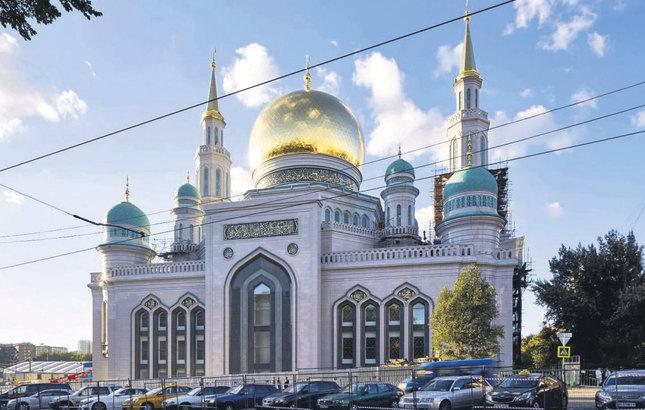 """Rusya'nın Başkenti Moskova'nın merkezinde yapılan, """"Moskova Merkez Camisi'nin iç süslemeleri ve yazıları, Nakkaş Semih İrteş'in ekibi ve Hattat Hüseyin Kutlu tarafından, 16 ve 17. yüzyıl Klasik Osmanlı sanatlarının üslubuyla gerçekleştirildi. (AA - Anadolu Ajansı)"""