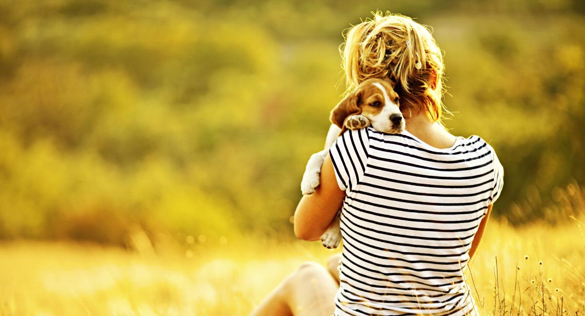 kvinna-kramar-om-hund