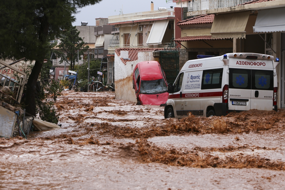 Floods in the town of Mandra, northwest of Athens, Attica on November 15, 2017, after heavy overnight rainfall in the area caused damage and left ten people dead. / Πλημμύρες στην πόλη της Μάνδρας βορειοδυτικά της Αθήνας, 15 Νοεμβρίου 2017.