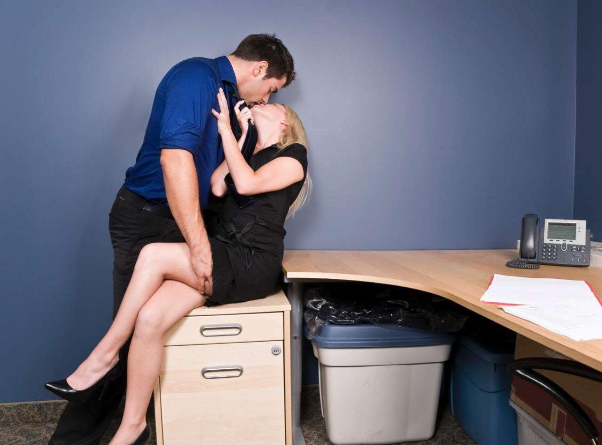 Фото на работе под столом, Девушка в чулках мастурбирует на работе под столом 5 фотография