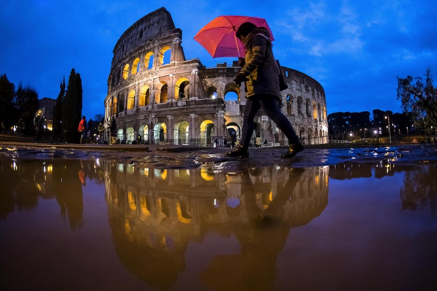epa06407143 Tourists shelter from the rain under an umbrella near the Colosseum in Rome, Italy, 27 December 2017. A storm front is set to bring rain, wind and snow to Italy on 27 and 28 December, according to weather forecast. A wave of Arctic air will bring widespread rain to the centre and northeast, while snow will hit the north and winds will pick up everywhere, reports stated.  EPA/ANGELO CARCONI