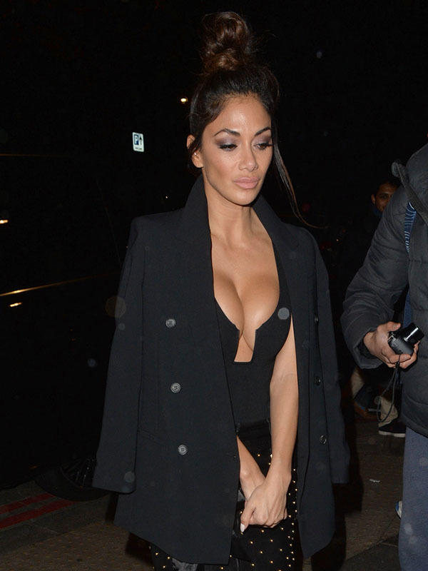 159692, Nicole Scherzinger out and about in Mayfair. London, United Kingdom - Sunday, November 27, 2016. Photograph: © Palace Lee, PacificCoastNews. Los Angeles Office (PCN): +1 310.822.0419 UK Office (Photoshot): +44 (0) 20 7421 6000 sales@pacificcoastnews.com FEE MUST BE AGREED PRIOR TO USAGE