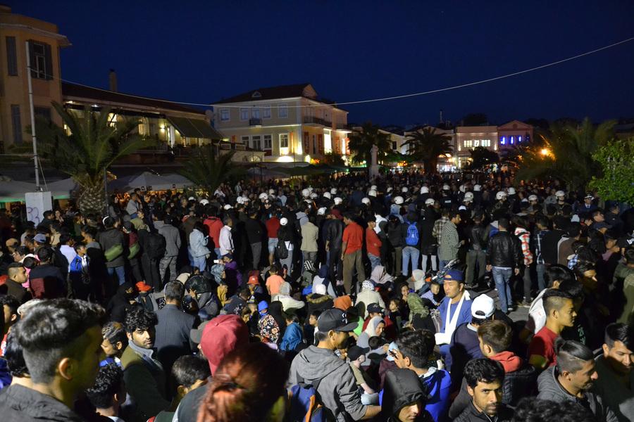Πρόσφυγες και μετανάστες που πλέον είναι στην πλατεία Σαπφούς στο κέντρο της Μυτιλήνης, είναι περισσότεροι από τις άλλες μέρες, αφού σε ενίσχυση των όσων βρισκόταν εκεί κατέβηκαν και άλλοι από τον καταυλισμό της Μόριας, και σχημάτισαν τριπλές κυκλικές ανθρώπινες αλυσίδες, προκειμένου να αμυνθούν, των πολιτών που αντιδρούν, βάζοντας στο κέντρο τους γυναίκες και παιδιά που συμμετέχουν στη κινητοποίηση, Κυριακή 22 Απριλίου 2018. Μεγάλη ομάδα πολιτών με κυρίαρχα στελέχη του ακροδεξιού χώρου και οργανωμένους οπαδούς ποδοσφαιρικής ομάδας επιτίθενται σε ομάδα προσφύγων κυρίως από το Αφγανιστάν που για πέμπτη μέρα έχει καταλάβει την πλατεία Σαπφούς. ΑΠΕ ΜΠΕ/ΑΠΕ ΜΠΕ/STR