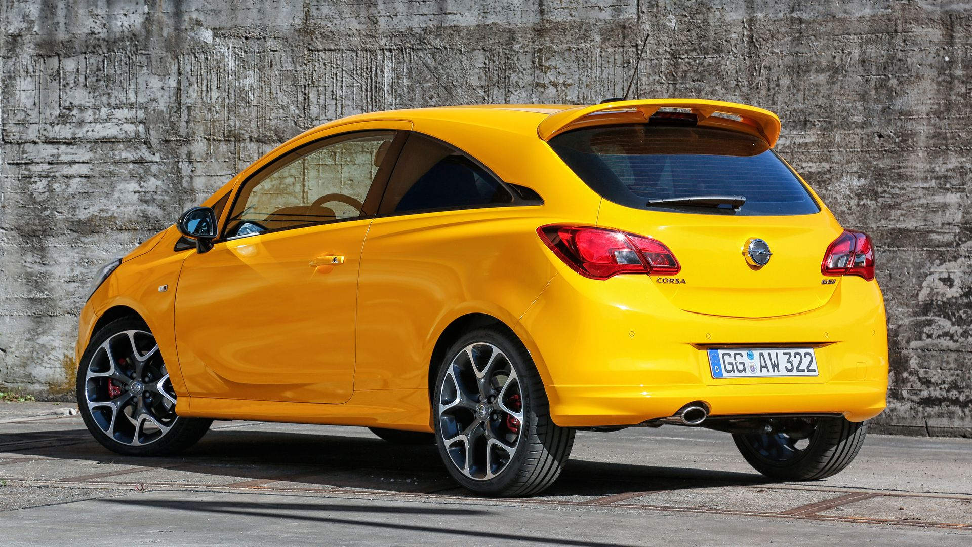 The sight most competitors will see: The rear of the new Opel Corsa GSi features an eye-catching roof spoiler that generates additional downforce on the rear axle.