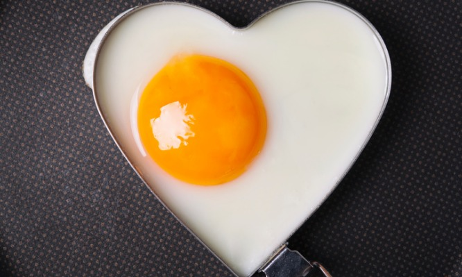 valentines-breakfast-fried-egg-in-iron-form-heart-crop-picture-id904720378
