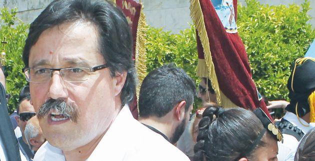 Ο  Σερίφης της Μασαχουσέτης HΠΑ Πήτερ Κουτουτζιάν  (ΚΑ) χαιρετά τον Σάββα Καλεντερίδη (ΚΔ) στην επέτειο της γενοκτονίας των Ποντίων , Κυριακή 19 Μαΐου 2013. Εκδηλώσεις για την επέτειο της γενοκτονίας των Ποντίων πραγματοποιήθηκαν στο Μνημείο του Αγνώστου Στρατιώτη με κύριο ομιλητή τον Σερίφη της Μασαχουσέτης Πήτερ Κουτουτζιάν, ενώ στην κατάθεση στεφανιών στη μνήμη των 353.000 θυμάτων της γενοκτονίας, συμμετείχαν και εύζωνες ενδεδυμένοι με την φορεσιά του Πόντιου αντάρτη και τέλος πραγματοποιήθηκε πορεία προς την Τουρκική Πρεσβεία και επίδοση ψηφίσματος. ΑΠΕ-ΜΠΕ/ΑΠΕ-ΜΠΕ/Παντελής Σαίτας
