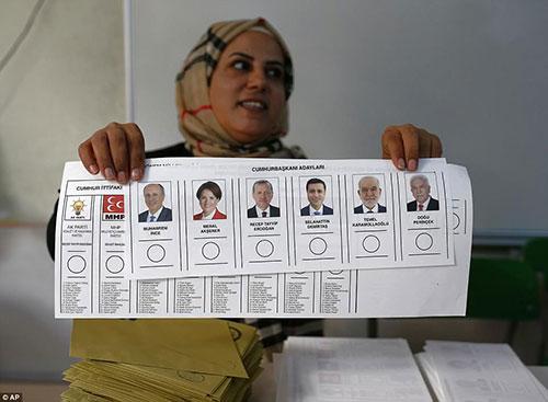 4D93259500000578-5879221-A_ballot_station_official_shows_a_Turkish_voter_a_ballot_paper_w-a-14_1529827543689