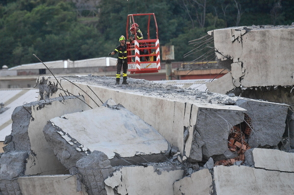 epa06953321 Removal of the rubble of the partially collapsed Morandi bridge in Genoa, Italy, 16 August 2018.  Italian authorities, worried about the stability of remaining large sections of the bridge, evacuated about 630 people from nearby apartments. The Genoa prefect's office on Thursday corrected the death toll, saying 38 people are known to have died, not 39 as previously reported. The death toll remains provisional.  EPA/LUCA ZENNARO