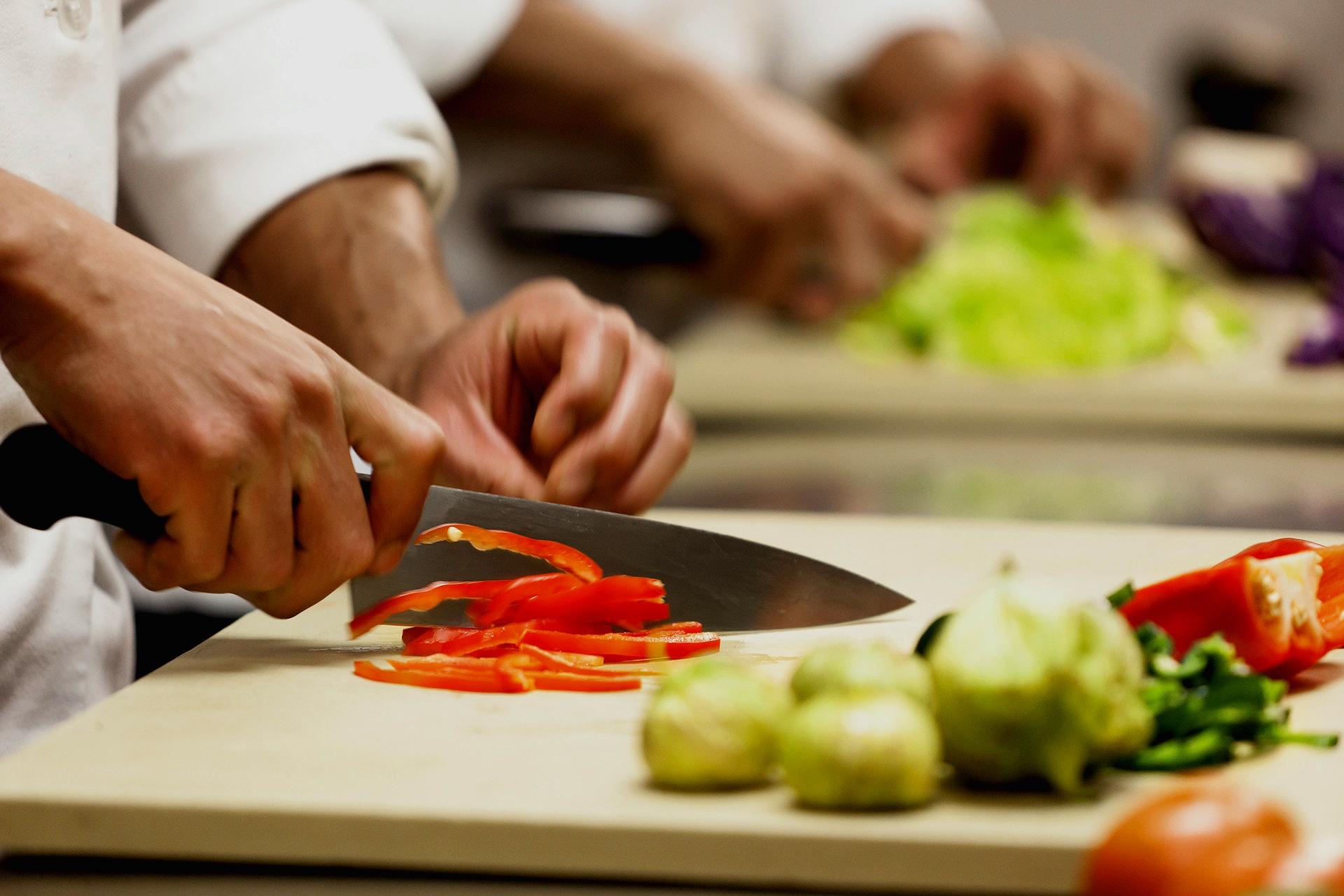 chef-cutting-food_4caz