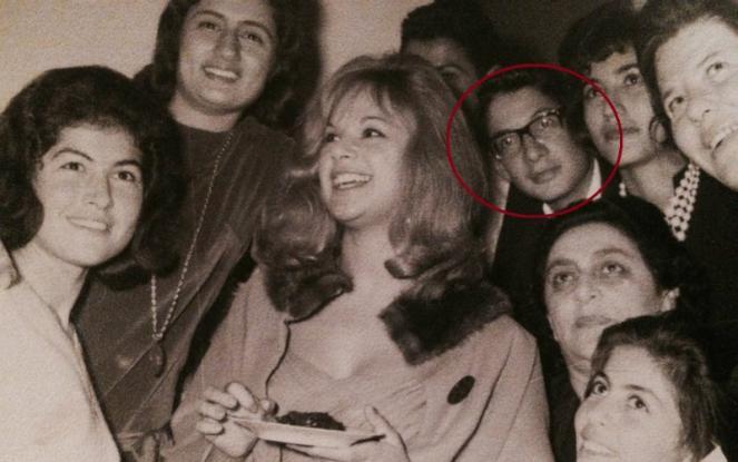 Αποτέλεσμα εικόνας για Αναγνωρίζετε τον νεαρό πίσω από την Αλίκη Βουγιουκλάκη; Σήμερα είναι από τους πιο γνωστούς πολιτικούς (Photos)
