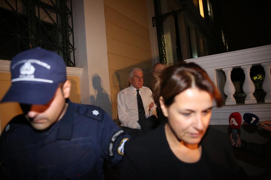 Ο Γιάννος Παπαντωνίου (K-ΠΙΣΩ) και η σύζυγος του Σταυρούλα Κουράκου (Δ) εξέρχονται από τα Δικαστήρια της Ευελπίδων με χειροπέδες όπου οδηγούνται στην φυλακή μετά την πολύωρη απολογία τους ενώπιον των Ανακριτών Διαφθοράς για την υπόθεση της νομιμοποίησης παράνομων πληρωμών που φέρεται να έλαβε ο πρώην υπουργός Εθνικής Άμυνας, την Τρίτη 23 Οκτωβρίου 2018. Οι δύο σύζυγοι μετά από πολύωρη διαδικασία κρίθηκαν προσωρινά κρατούμενοι με τη σύμφωνη γνώμη της Εισαγγελέως και των ανακριτών, για την κατηγορία της νομιμοποίηση παράνομων εσόδων ύψους 2,8 εκατομμυρίων ελβετικών φράγκων που φέρεται να έλαβε ο κ. Παπαντωνίου ως δώρο κατά την ενάσκηση των καθηκόντων του το 2003. ΑΠΕ-ΜΠΕ/ΑΠΕ-ΜΠΕ/ΟΡΕΣΤΗΣ ΠΑΝΑΓΙΩΤΟΥ