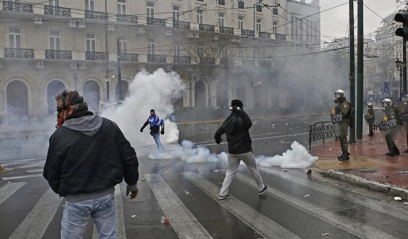 Επεισόδια σημειώθηκαν μεταξύ αστυνομικών και διαδηλωτών σε συλλαλητήριο ενάντια στη Συμφωνία των Πρεσπών, στο Σύνταγμα, Αθήνα, Κυριακή 20 Ιανουαρίου 2019. Η συμφωνία κατατέθηκε από την κυβέρνηση προς ψήφιση το πρωί του Σαββάτου στη Βουλή. Το συλλαλητήριο διοργάνωσαν οι Παμμακεδονικές Ενώσεις Υφηλίου, η Πανελλήνια Ομοσπονδία Πολιτιστικών Συλλόγων Μακεδόνων, ο Φορέας Ανένδοτου Αγώνα για τη Μακεδονία και τη Δημοκρατία και η Παμμακεδονική ΗΠΑ. Η Συμφωνία των Πρεσπών είναι μία διακρατική συμφωνία ανάμεσα στις κυβερνήσεις της Ελληνικής Δημοκρατίας και της πρώην Γιουγκοσλαβικής Δημοκρατίας της Μακεδονίας με σκοπό την επίλυση του ζητήματος της ονομασίας της Π.Γ.Δ.Μ. ΑΠΕ-ΜΠΕ/ ΑΠΕ-ΜΠΕ/ ΓΙΑΝΝΗΣ ΚΟΛΕΣΙΔΗΣ