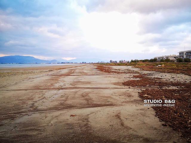 """Εντυπωσιάζει για ακόμη μια φορά το φαινόμενο της άμπωτης στην πόλη του Ναυπλίου, καθώς η έκταση που αποκαλύπτεται είναι τεράστια, Σάββατο 16 Φεβρουαρίου 2019.  Παλίρροια, στη κοινή ναυτική γλώσσα ονομάζεται το φυσικό φαινόμενο της περιοδικής ανόδου και καθόδου της στάθμης του νερού μίας μεγάλης λίμνης και κυρίως των θαλασσών. Το φαινόμενο αυτό, που επαναλαμβάνεται δύο φορές το 24ώρο (ακριβέστερα 24ώρες 50' και 30""""), οφείλεται στη βαρυτική έλξη της Σελήνης αλλά και του Ήλιου πάνω στη Γη, καθώς και στην περιστροφή των ουρανίων σωμάτων αυτών. 24 ώρες και 50,5 λεπτά μεσολαβούν και μεταξύ δύο «διαβάσεων» της Σελήνης πάνω από έναν τόπο, δηλαδή δύο «άνω μεσουρανήσεων», όπως λέγονται"""