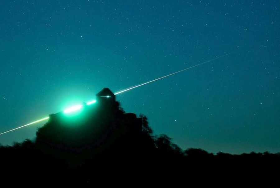 epa05006681 A picture made available on 01 November 2015 of a fireball, a very bright meteor is seen behind the ruins of the Castle of Salgo near Salgotarjan, Hungary, 31 October 2015. Fireballs are meteors which are as bright as Venus, i.e. -5 magnitude or even brighter than the planet.  EPA/PETER KOMKA HUNGARY OUT