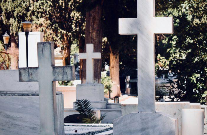 eb1d693a04eb Κάλυψαν σταυρούς σε κοιμητήριο για να μην προσβληθούν οι μουσουλμάνοι!  Προσβάλουν το.