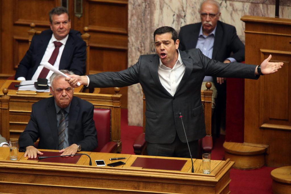 Ο πρωθυπουργός Αλέξης Τσίπρας μιλάει στην ολομέλεια της Βουλής στην ονομαστική ψηφοφορία επί της αρχής, των άρθρων και των τροπολογιών του νομοσχεδίου για τον εξωδικαστικό μηχανισμό, Παρασκευή 28 Απριλίου 2017. ΑΠΕ-ΜΠΕ / ΑΠΕ-ΜΠΕ / ΑΛΕΞΑΝΔΡΟΣ ΒΛΑΧΟΣ