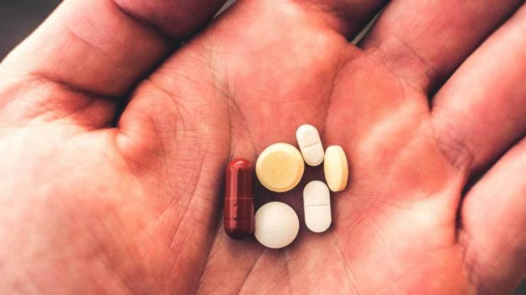 5644-pills_hand-1296x728-header