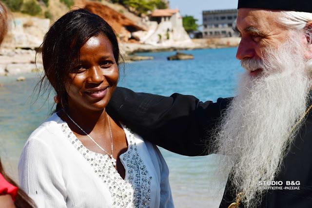 Νεαρή  Κενυάτισσα  βαπτίσθηκε Ορθόδοξη  Χριστιανή στην Ιερά Μονή Αγίας Μακρίνης  Αναβάλου  στο Κιβέρι  Αργολίδος, Δευτέρα 16 Σεπτεμβρίου 2019. Το Ιερό Μυστήριο του Βαπτίσματος και του Χρίσματος τέλεσε ο Μητροπολίτης Αργολίδος Νεκτάριος ,το οποίο έγινε στην θάλασσα.Το όνομα που παρέλαβε η νεαρή Κενυάτισσα είναι  Μαγδαληνή και  «Άννα»ˑ το όνομα της Μητέρας της Παναγία μας, το οποίο σημαίνει «Χάρις» . Στο μυστήριο της βάπτισης  συμμετείχαν φίλοι και γνωστή της  νεαρής κοπέλας ,η οποία το τελευταίο διάστημα μένει μόνιμα στην Ελλάδα. Την κατήχηση της νεαρής Κενυάτισσας έκανε ο εφημέριος του Ιερού ναού Παναγίας Ναυπλίου. Νονά της κοπέλας ήταν μία γυναίκα συμπατριώτισσα της, από την Κένυα .