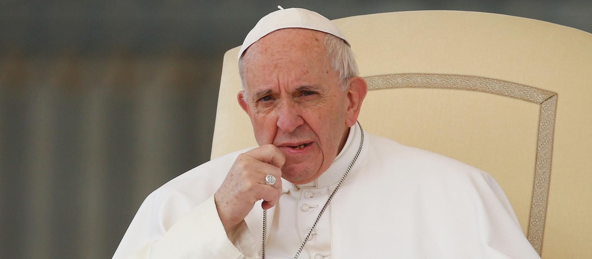 Papst Franziskus während der Generalaudienz auf dem Petersplatz im Vatikan am 22. März 2017. Er schaut nachdenklich und skeptisch. Seine Insignien - der Fischerring und das Kreuz, sind deutlich zu erkennen.