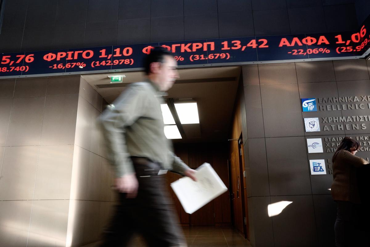Τhe Athens Stock Exchange closed at the lowest level of all time at the end of the day, on  February 8, 2016. / Στο χαμηλότερο επίπεδο όλων των εποχών έκλεισε το Χρηματιστήριο Αθηνών, 8 Φεβρουαρίου 2016.