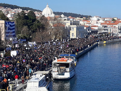 Κόσμος συμμετέχει στη συγκέντρωση διαμαρτυρίας για το μεταναστευτικό, στο χώρο της προκυμαίας έξω από το Δημοτικό Θέατρο της Μυτιλήνης, την Τετάρτη 22 Ιανουαρίου 2020. Γενική απεργία, με καθολική συμμετοχή όπως όλα δείχνουν, σήμερα στα νησιά του βορείου Αιγαίου που πλήττονται από τις επιπτώσεις της μεταναστευτικής και προσφυγικής κρίσης. Κάθε δραστηριότητα έχει νεκρώσει, κλειστά είναι έως και τα περίπτερα, ενώ νωρίς το πρωί «σφραγίστηκε» το κτίριο της ΔΟΥ Μυτιλήνης. Οι κεντρικές συγκεντρώσεις, οργανωμένες από την Περιφέρεια βορείου Αιγαίου και τους οργανισμούς τοπικής αυτοδιοίκησης πραγματοποιήθηκαν, στη Μυτιλήνη στο χώρο της προκυμαίας έξω από το Δημοτικό Θέατρο της πόλης, στη Χίο στην πλατεία Πλαστήρα και στη Σάμο στην πλατεία Πυθαγόρα. Με αποφάσεις των ΟΤΑ και των σωματείων και των άλλων φορέων που συμμετέχουν απορρίπτεται το κυβερνητικό σχέδιο για τη δημιουργία νέων δομών στα νησιά, ζητείται ο άμεσος απεγκλωβισμός των αιτούντων άσυλο, ο έλεγχος των μη Κυβερνητικών Οργανώσεων που δραστηριοποιούνται στα νησιά, η φύλαξη των συνόρων και η ενίσχυση των τοπικών κοινωνιών και των δομών υγείας και ασφάλειας. ΑΠΕ- ΜΠΕ/ ΑΠΕ-ΜΠΕ /ΣΤΡΑΤΗΣ ΜΠΑΛΑΣΚΑΣ