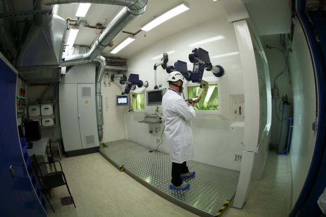 epa06357748 An engineer at CERN makes a demonstration in the hot cell target dismantling laboratory at the ISOLDE Radioactive Ion Beam Facility, during a presentation of the new facility CERN-MEDICIS at the European Organization for Nuclear Research (CERN), in Meyrin, Switzerland, 29 November 2017. CERN MEDICIS is a research facility that uses proton beams from the ISOLDE Radioactive Ion Beam Facility to produce radioisotopes for medical research in Switzerland and across Europe.  EPA/SALVATORE DI NOLFI