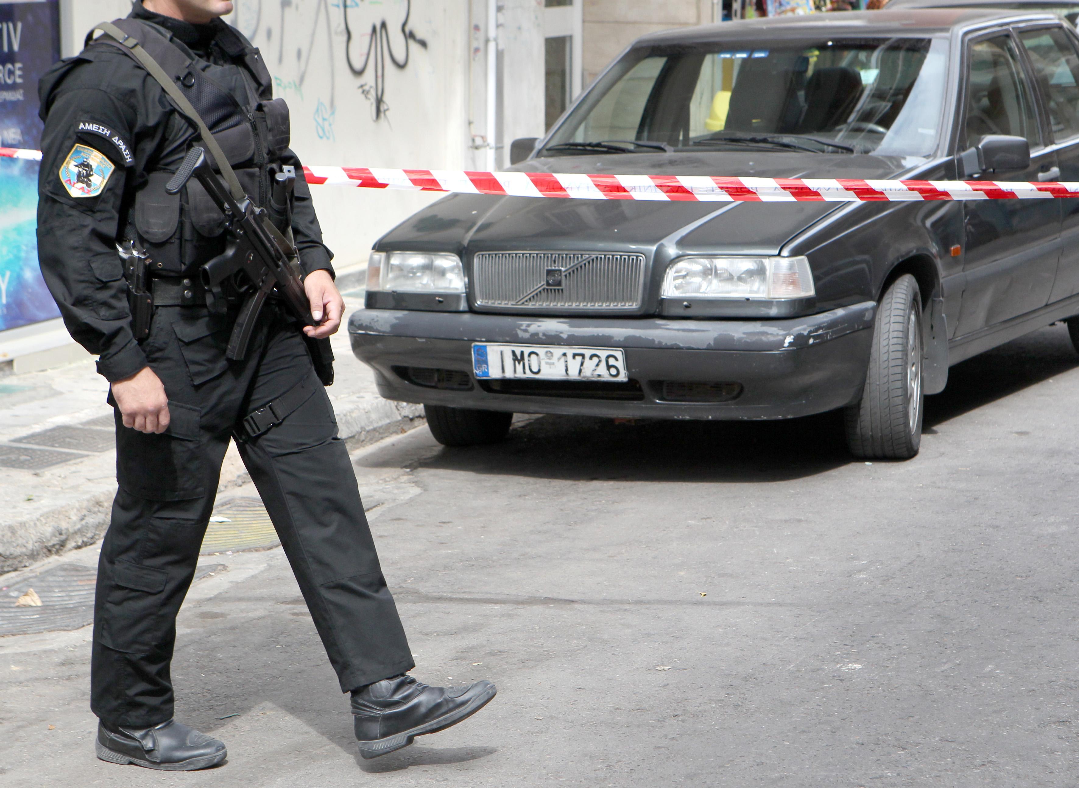 Αστυνομικοί έχουν αποκλείσει την οδό Αχαΐας στους Αμπελόκηπους, όπου άγνωστοι δράστες εγκατέλειψαν νωρίτερα αυτοκίνητο μάρκας Volvo, αφού προηγουμένως άνοιξαν πυρ με καλάσνικοφ κατά αστυνομικών της ομάδας Δίας, κατά τη διάρκεια ελέγχου, στην Αθήνα, Τετάρτη 17 Ιουλίου 2013. Αστυνομικοί που βρίσκονταν στην οδό Κεδρηνού, λίγα μέτρα από τη ΓΑΔΑ, προσπάθησαν να κάνουν έλεγχο στο όχημα στο οποίο επέβαιναν οι δράστες, που ήταν δύο ή τρεις, σύμφωνα με την αστυνομία. Οι δράστες αποβιβάσθηκαν από το όχημα και άρχισαν να πυροβολούν με τα καλάσνικοφ τους αστυνομικούς. Οι αστυνομικοί ανταπέδωσαν τα πυρά χωρίς να σημειωθεί τραυματισμός. Οι δράστες κατάφεραν να διαφύγουν, ενώ, μετά από λίγη ώρα, το αυτοκίνητο εντοπίστηκε εγκαταλελειμμένο σε κοντινό σημείο στους Αμπελόκηπους. Σε εξέλιξη είναι αυτή την ώρα αστυνομική επιχείρηση για τον εντοπισμό των δραστών ΑΠΕ-ΜΠΕ/ΑΠΕ-ΜΠΕ/Παντελής Σαίτας